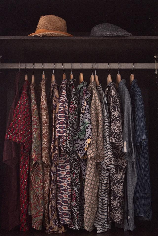 kleiderschrank-ohne-tueren-mit-vorhang-bild