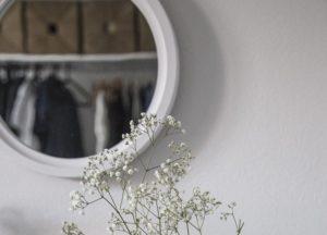 spiegel-ueber-couch-haengen