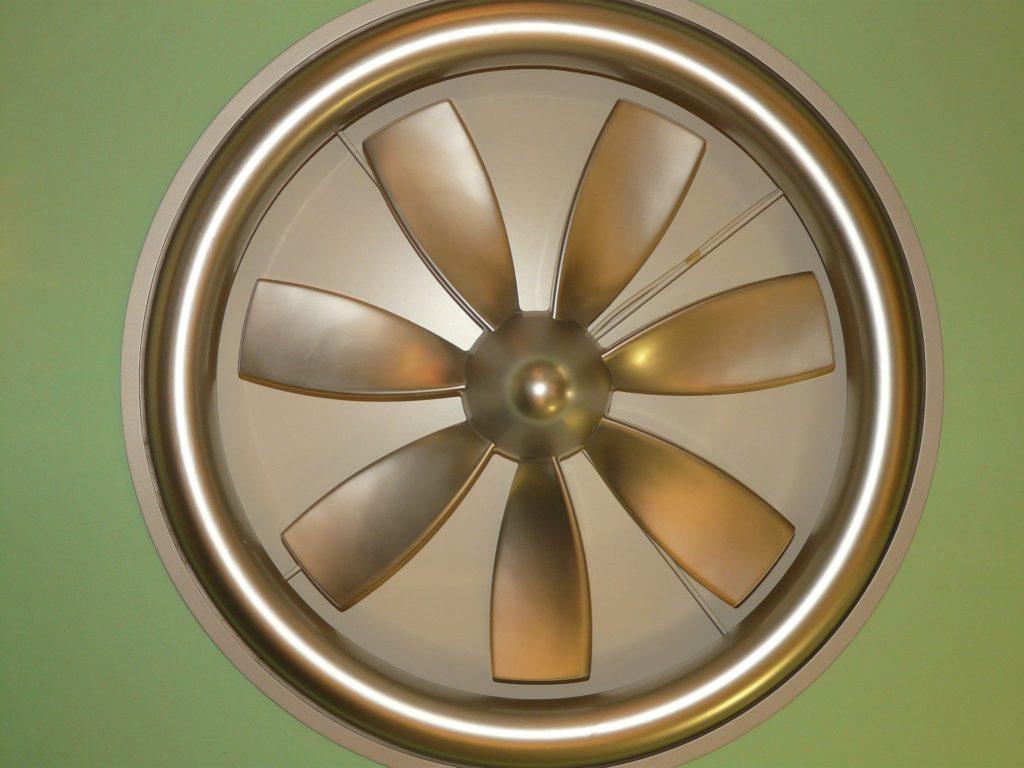 Ventilator-auf-gruenem-Hintergund